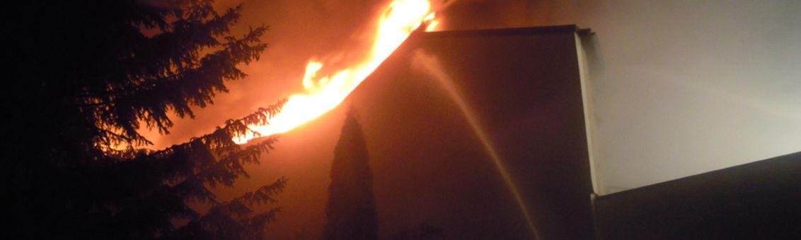 Die Feuerwehr Vohwinkel beim Brand in Wuppertal-Cronenberg
