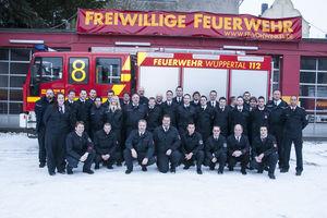 Die aktive Mannschaft des Löschzug Vohwinkel im Januar 2013 vor der Fahrzeughalle