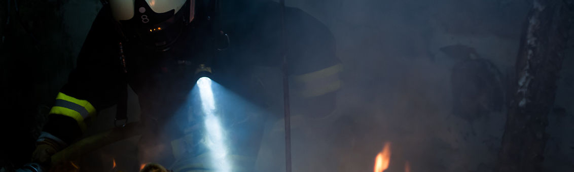 Wuppertaler Feuerwehrmänner löschen unter Atemschutz ein Feuer.