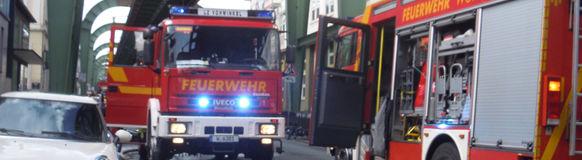 Das Löschfahrzeug des LZ Vohwinkel versorgte die Drehleiter von der Kaiserstraße aus mit Löschwasser.