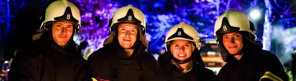 Vier junge Feuerwehrfrauen und -männer aus Vohwinkel bestehen den Grundlehrgang der Feuerwehr Wuppertal.