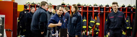 Die Feuerwehrmänner und -frauen trainieren beim Übungsdienst das Öffnen verschlossener Türen.