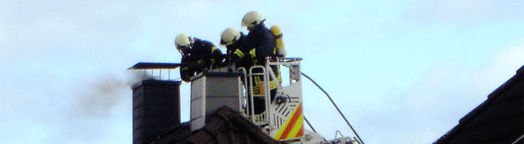 Die Feuerwehr rückte dem Brand über die Drehleiter der Wache Elberfeld zu Leibe.