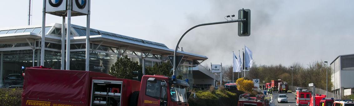 Die Schwelmer Straße wurde während der Löscharbeiten durch Polizeibeamte teilweise gesperrt.