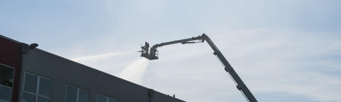 Der Löschzug Vohwinkel hat die Hubrettungsbühne, den Bronto Skylift der Feuerwehr Dortmund, mit Wasser versorgt.
