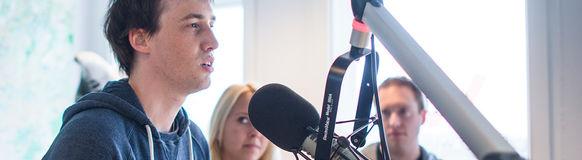 """Die Drahtzieher des Videos """"Supergeil"""" wurde im Studio von Radio Wuppertal über die Idee interviewt"""