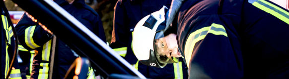 Die Feuerwehr muss bei Verkehrsunfällen häufig eingeklemmte Insassen retten.