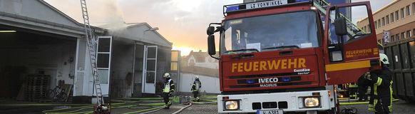 Die Feuerwehr Wuppertal im Einsatz bei einem Lagerhallenbrand an der Ludwig-Richter-Straße in Vohwinkel. Foto: Holger Battefeld